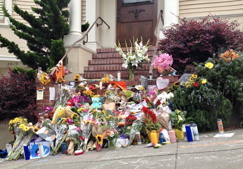 Tribute to Robin Williams at Mrs. Doubtfire house in Pacific Heights